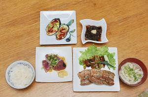 沖縄流ゆで塩豚を香ばしいハーブ焼きにしました。 ミニ宮古ソバ、宮古島産生もずく、ナスのピザ風焼き、カツオのタタキがついています。