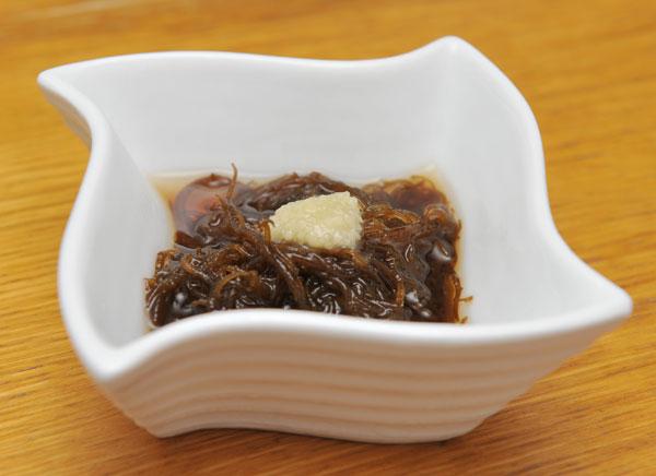 沖縄はもずくの生産量日本一! 宮古島のもずくはプリプリした歯ごたえがあり、海の栄養がたっぷり。 酢の物としてではなく、だし汁で食べるのがオススメです。