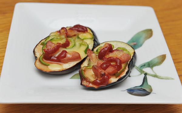 宮古島では夏野菜もたくさん作られています。 島産のナスに、たっぷりのチーズと、ピーマン、ハムなどを載せて焼いた、ピザ風のお料理です。