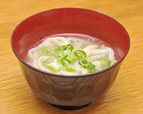 宮古そばはいろいろな味付けがありますが、すっきり軽い味にすれば、食事の汁物としてもぴったりです。