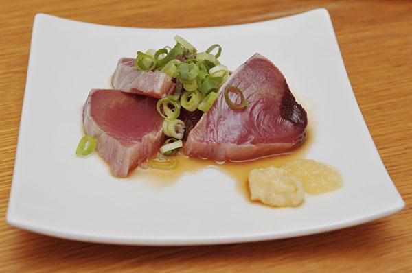 宮古島ではたくさんのカツオが捕れます。 表面を軽く炙って、ネギとニンニク、ポン酢でお召し上がりください。