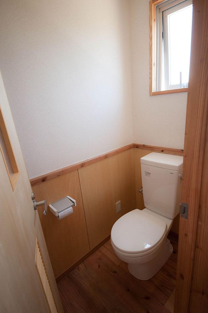 杉板張りのトイレ|宮古島の民宿 あがりの宿さんさーら
