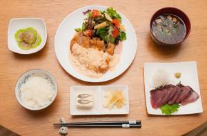 チキン南蛮定食。 タルタルたっぷりの沖縄鶏のチキン南蛮に、お刺身、もずくの味噌汁、各種小鉢です。