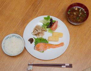 和風モーニングプレート。 塩鮭、だし巻き卵、切り干し大根、島野菜のサラダ、油味噌、もずくの味噌汁です。