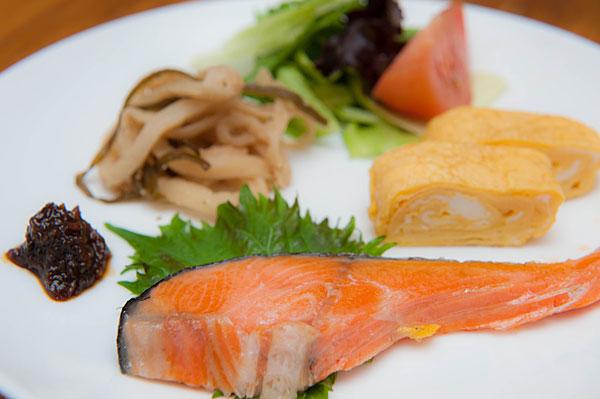 塩鮭、だし巻き卵、切り干し大根、島野菜のサラダ、油味噌。 油味噌は沖縄の定番料理で、佃煮などのように、ご飯に載せたりしていただきます。