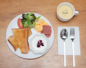 トーストに島野菜のサラダ、スパム(沖縄風のハム)、スクランブルエッグ、ヨーグルト、コーンスープです。