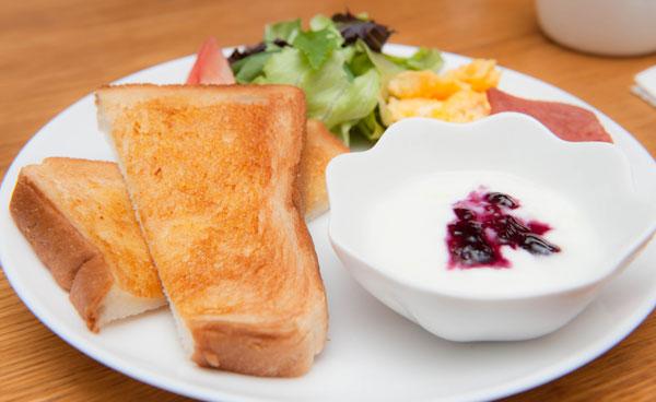 トーストに島野菜のサラダ、スパム(沖縄風のハム)、スクランブルエッグ、ヨーグルト、コーンスープです。 ヨーグルトにはちょっとだけ宮古島マンゴーが載ってることも!?