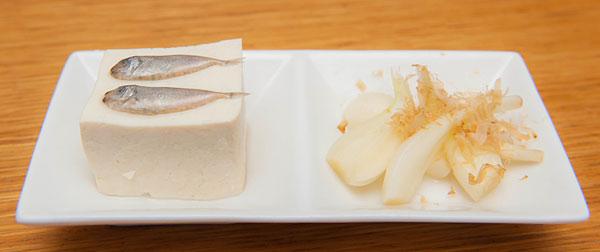 左はスクガラス(アイゴの稚魚の塩漬け)を島豆腐に載せた定番料理。 スクガラスはとても塩辛いので、お豆腐と一緒に一口でどうぞ。 右は島らっきょの浅漬け。本土のように酢に漬けたものではなく、軽く塩もみしたフレッシュな状態でいただきます。独特の香りと歯ごたえが人気。