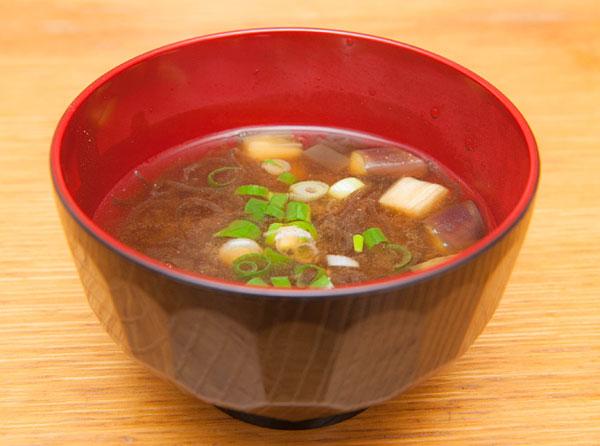 宮古島産のもずくとナスを味噌汁にしました。 もずくの味噌汁には、「宮古味噌」がぴったり。