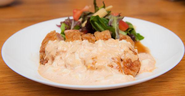 ボリューム満点のチキン南蛮。 甘酢と特製のタルタルソースをたっぷりかけて。 島野菜の盛り合わせと一緒にどうぞ。