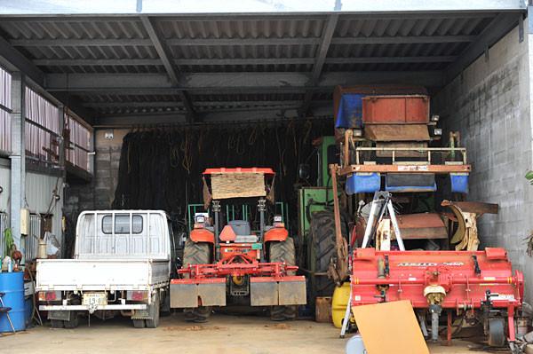 宮古島、ある農家のガレージ|宮古島の民宿 あがりの宿さんさーら