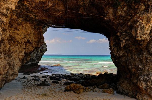 宮古島砂山ビーチ・岩のトンネル