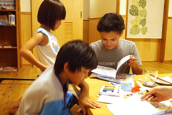 子供たちとお兄さん|宮古島の民宿 あがりの宿さんさーら
