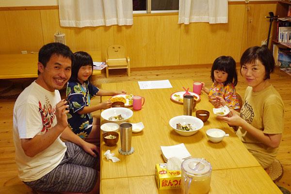 みんなで夕食|宮古島の民宿 あがりの宿さんさーら
